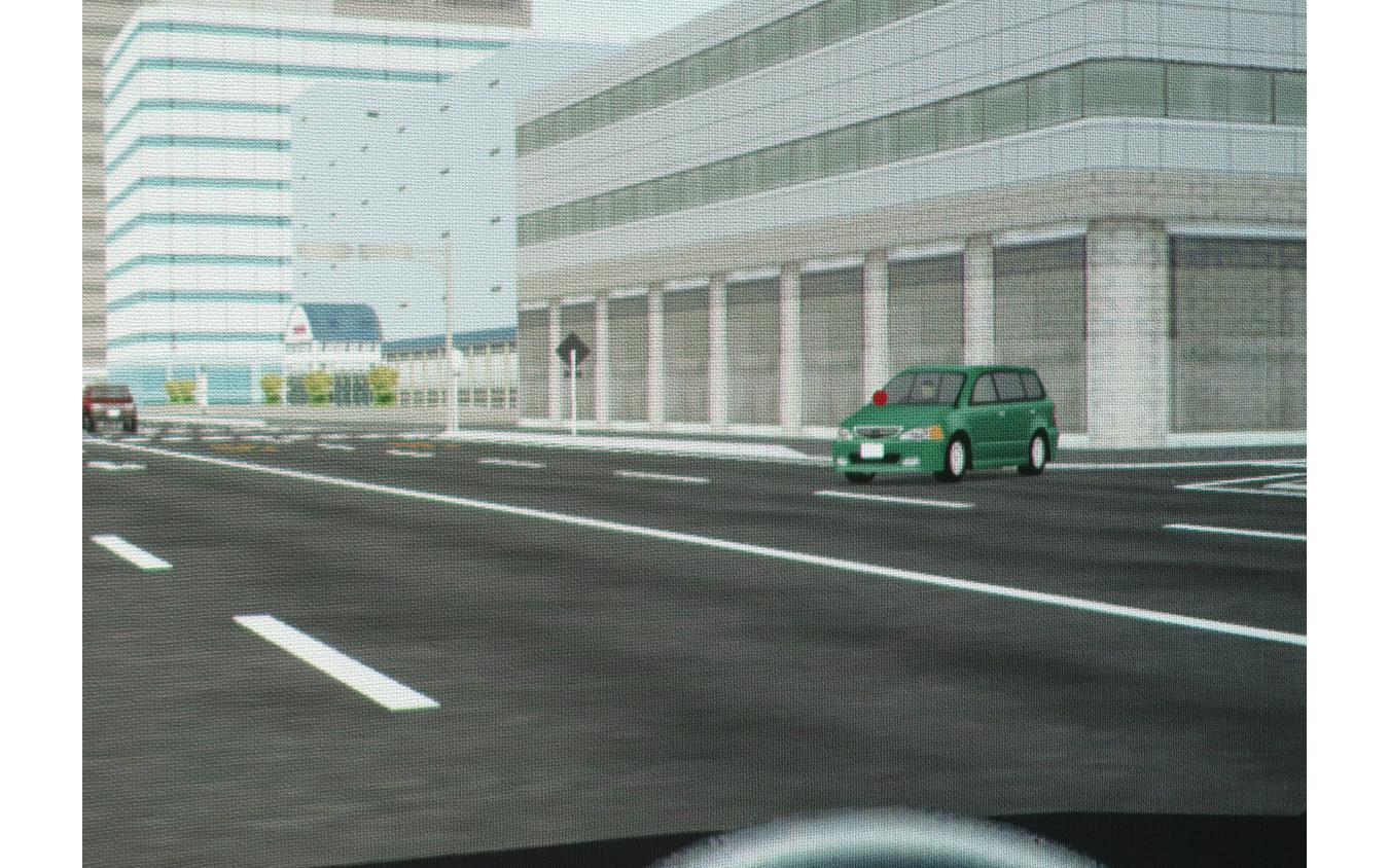アイトラッカーでキャッチした視線を、画面上に赤丸で表示。運転しているあいだの映像はすべて記録され、終了後に國松先生といっしょに見ながら確認できる。