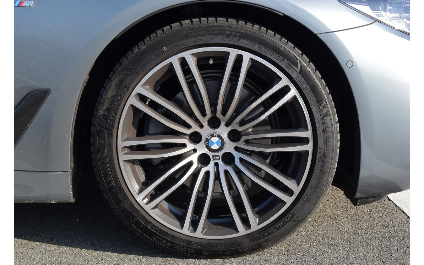 タイヤはミシュランのランフラットタイヤ「プライマシー3 ZP」。フロント245、リア275という極太サイズで、5シリーズの車体を速く走らせるには十分な能力を持つ。が、こんなサイズを履くならいっそ「パイロットスポーツ」あたりを装着してほしいところ。