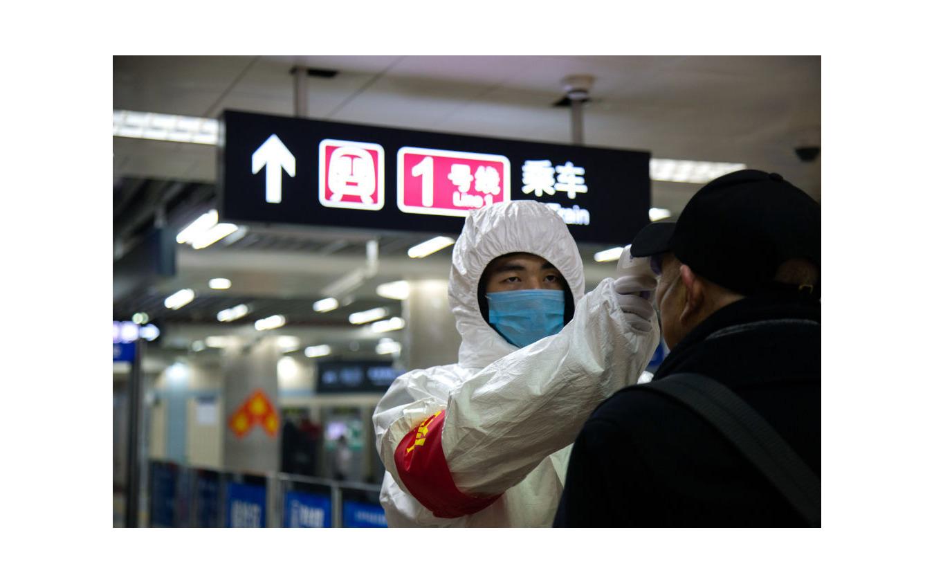 北京市地下鉄駅の入り口で検温 《photo (c) Getty Images》