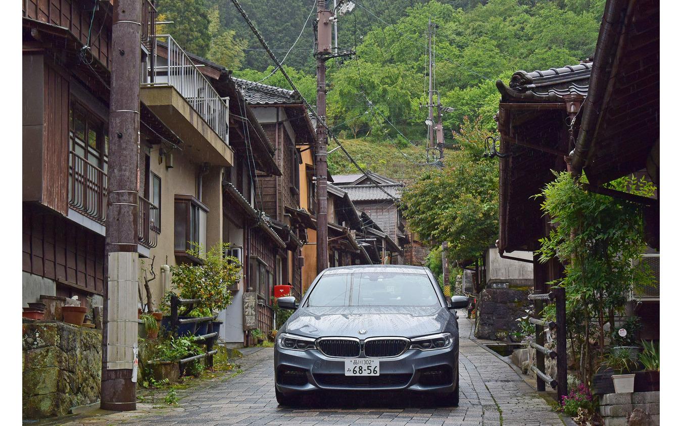 BMW 523d M Sport。静岡の旧東海道、宇津ノ谷宿にて。