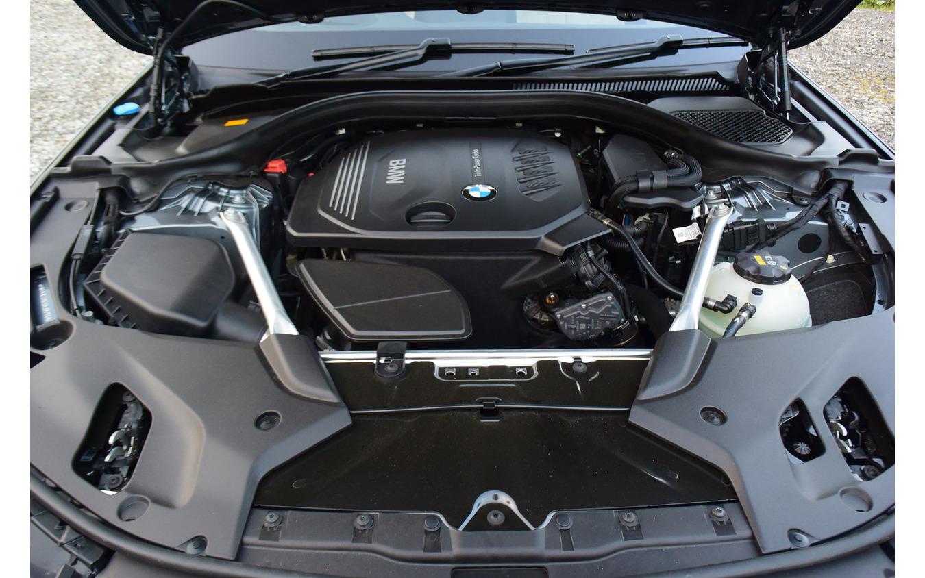 BMW 523d M Sportのエンジンルーム全景。