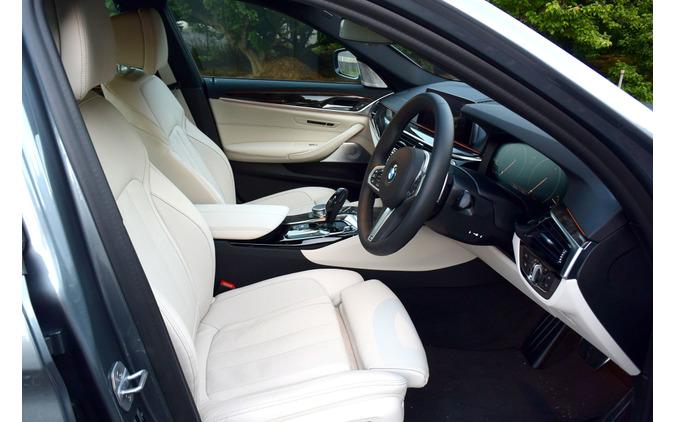 BMW 523d M Sportのフロントシートまわり。座面長含め、豊富な調整機能を有する。
