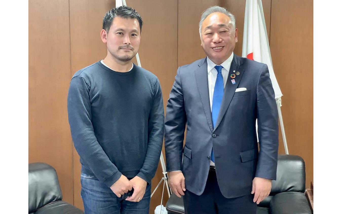 筆者(左)と竹内千尋・志摩市長