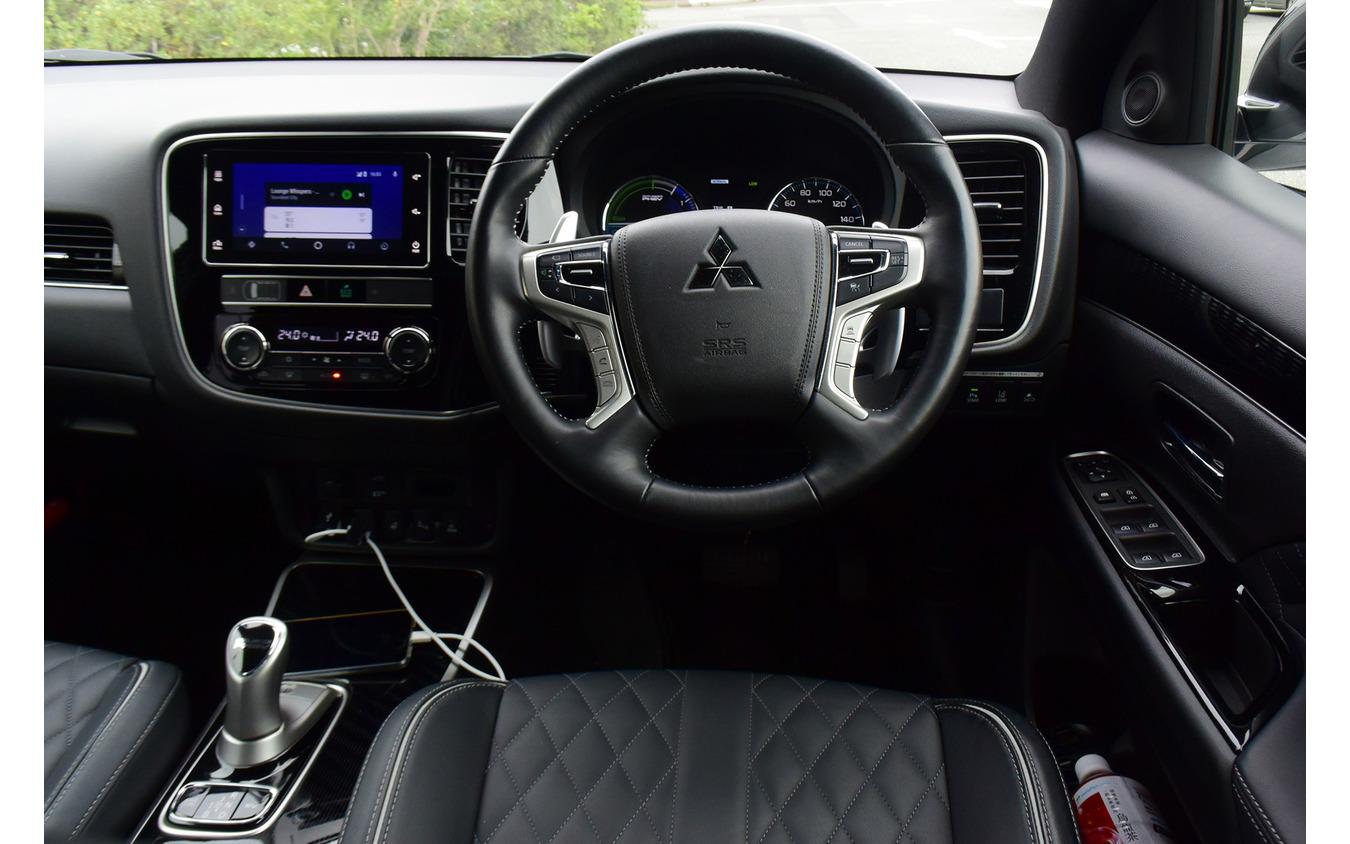 コクピット。ステアリングに装備されているパドルはアクセルオフ時の回生ブレーキの強さを調節するためのもの。ブレーキ時のみ回生にすることもでき、そのモードで省燃費走行をすると燃費をぐんぐん伸ばすことができる。