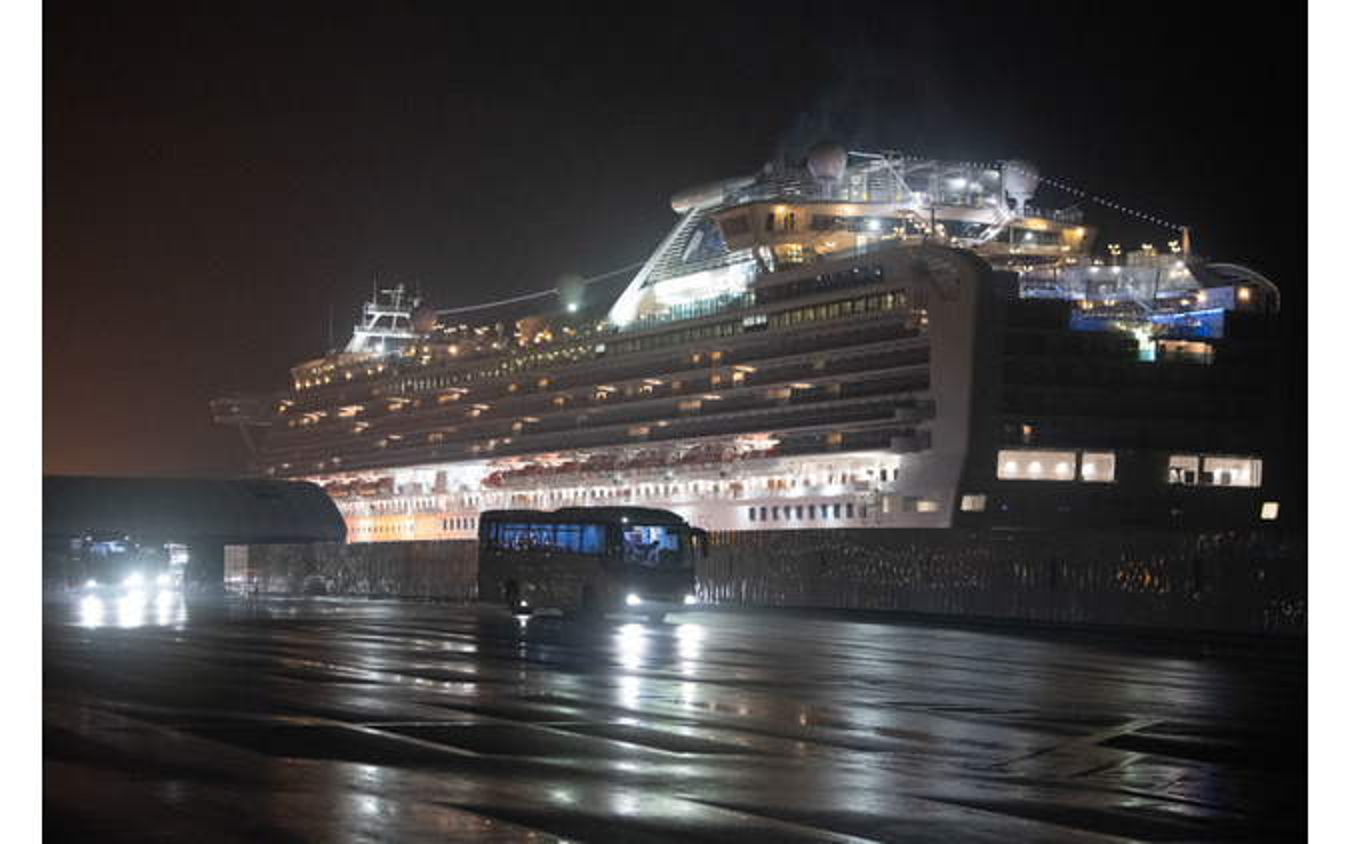横浜港に停泊中のクルーズ船から下船して帰国するアメリカ人乗客。