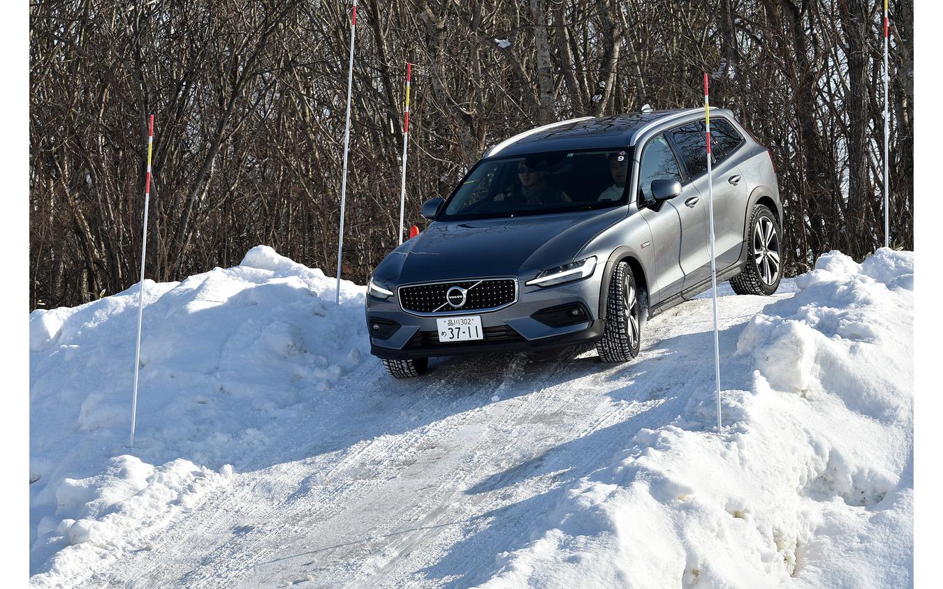 北海道の雪深いコースをボルボV60CCでテストドライブ