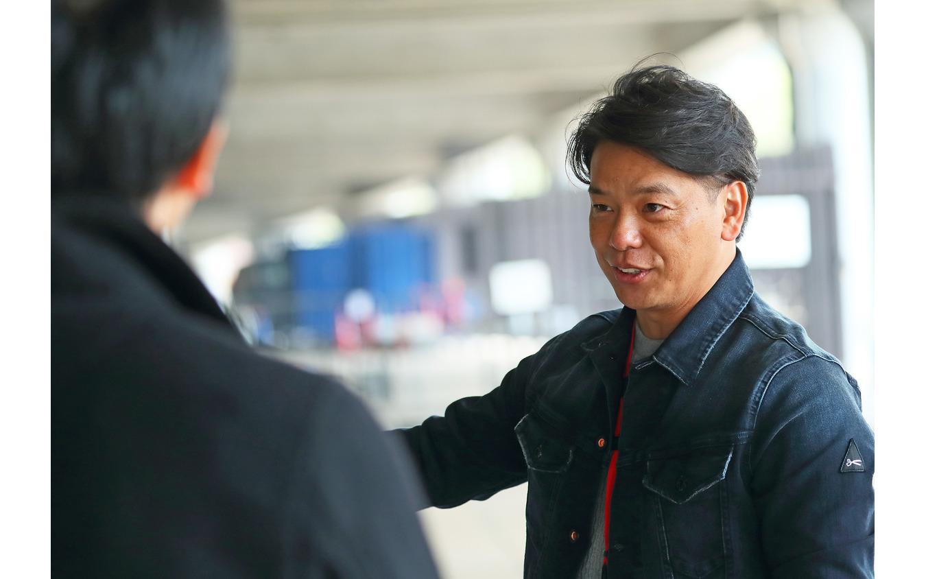 新型車『ヤリス』の魅力を語るプロドライバーの三浦健光さん