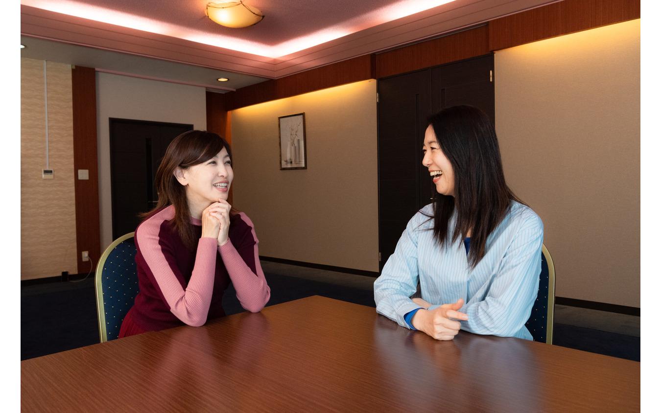 吉田由美氏(左)とまるも亜希子氏(右)
