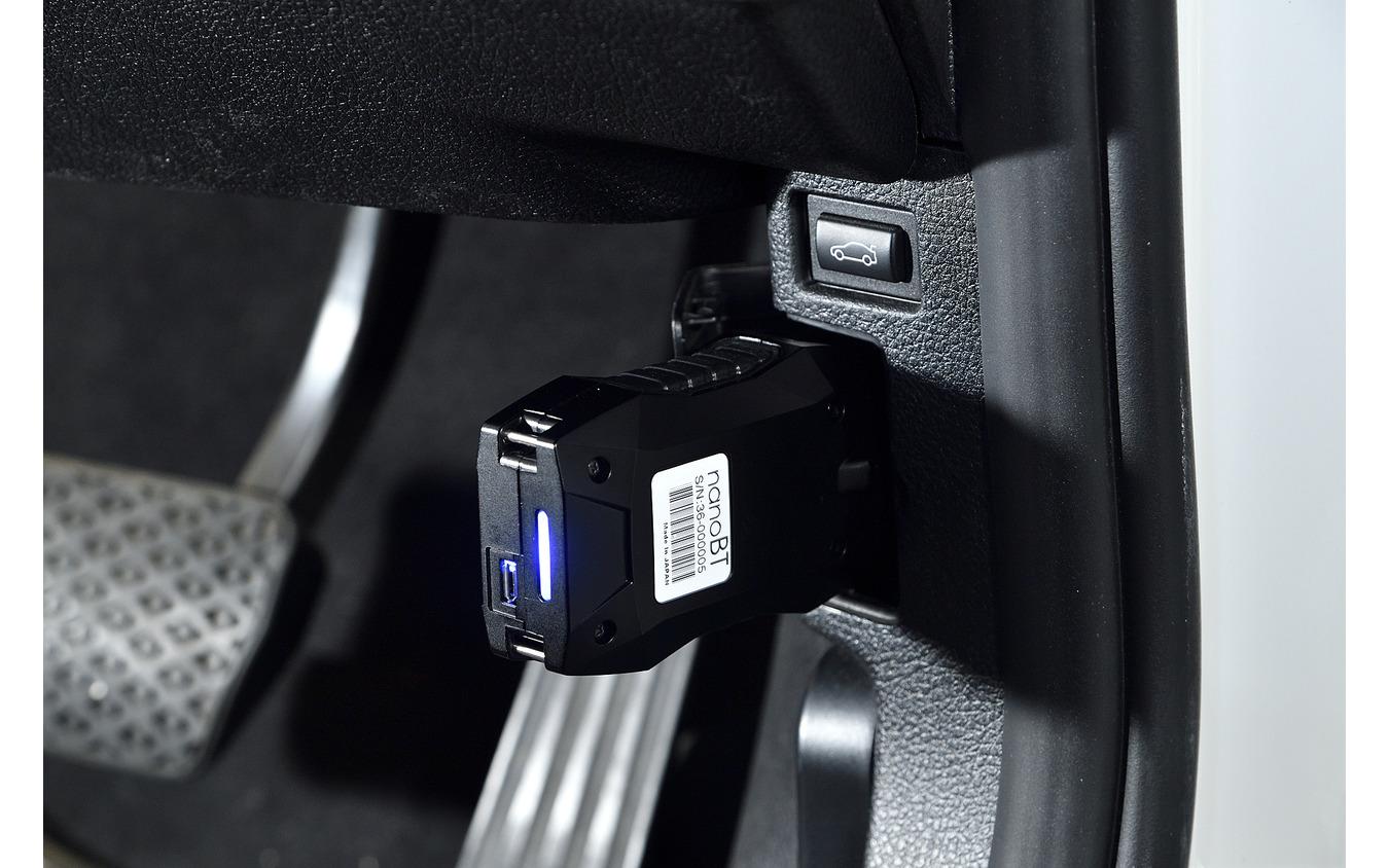 OBD2に接続されたMTG5000は、ペアリングが完了するとブルーのイルミで示してくれる