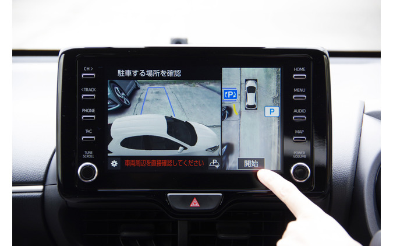 トヨタ ヤリスの駐車アシスト機能「アドバンスト パーク」。写真は駐車位置を選び、駐車を開始するところ。