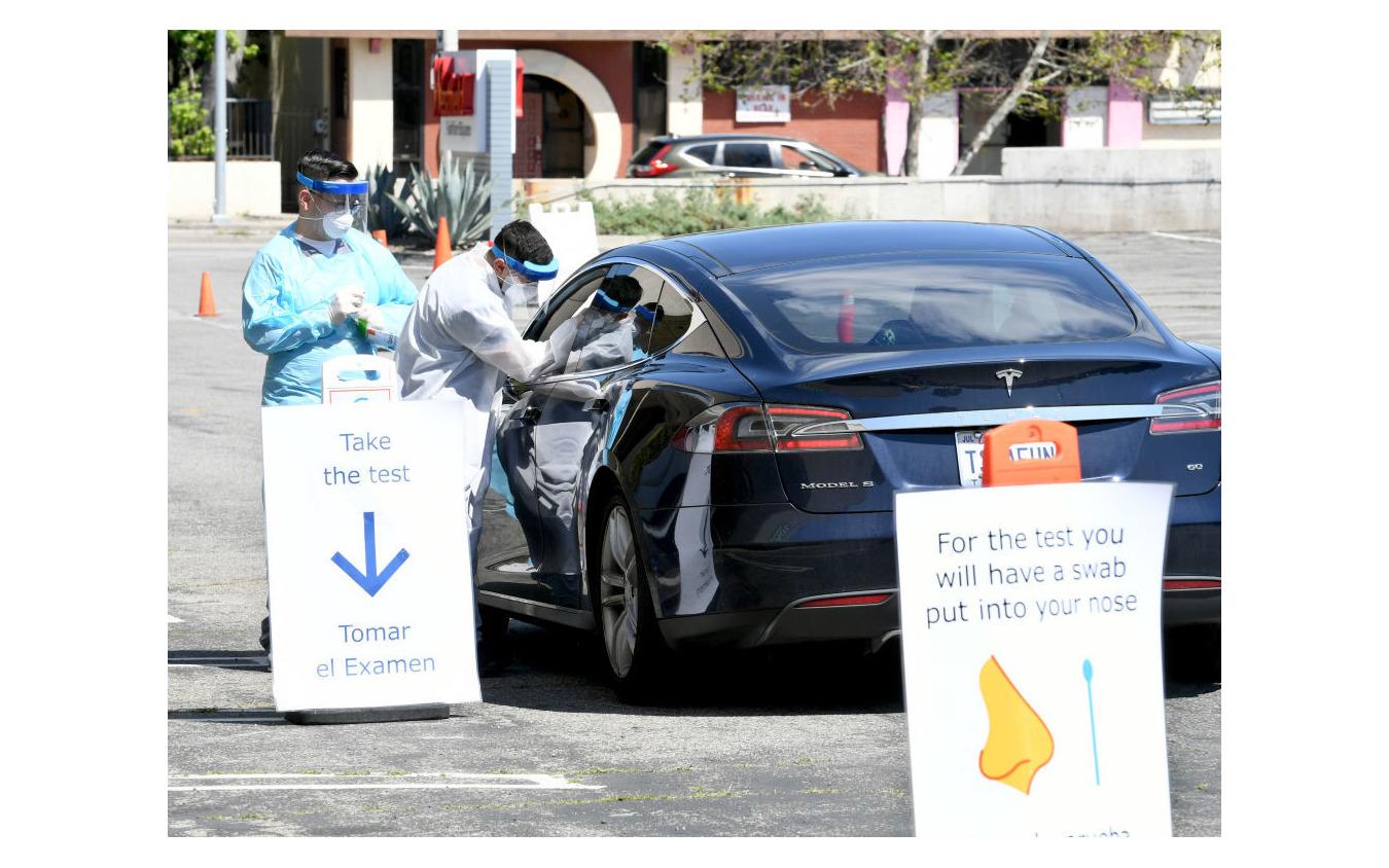 ドライブスルー検査。4月14日、ロサンゼルス