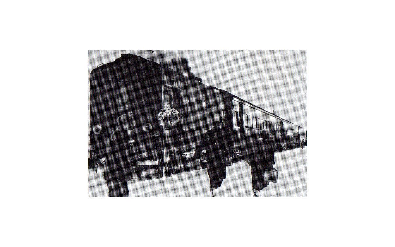 1956年頃の札沼線の列車。客車による混合列車で、機関車が暖房発生装置を持たないため暖房車(手前)が連結されている。
