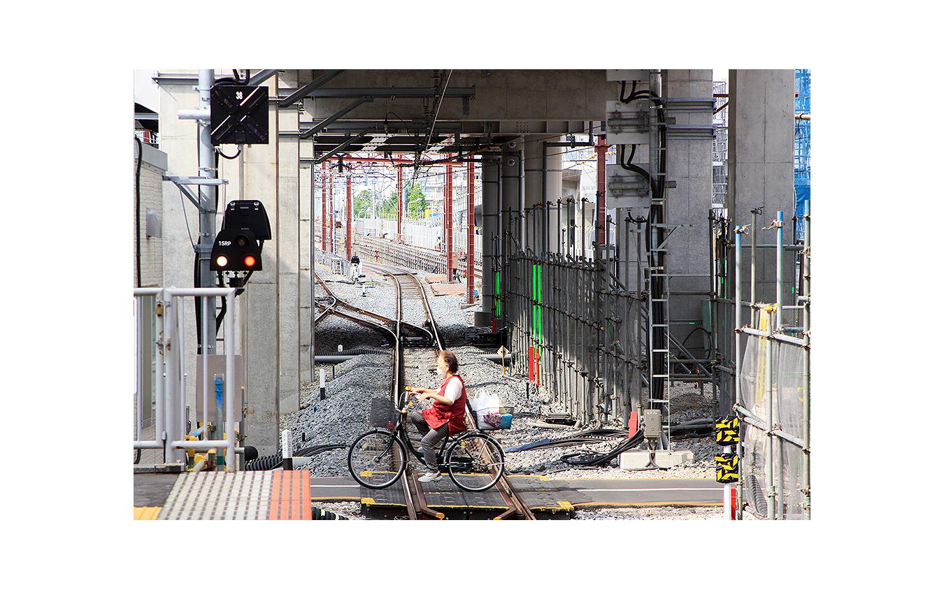 竹ノ塚駅 画面左へと行く線路が引き上げ線(2020年5月12日撮影)