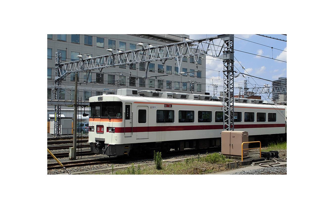 東武鉄道本社ビル横で休む東武350系