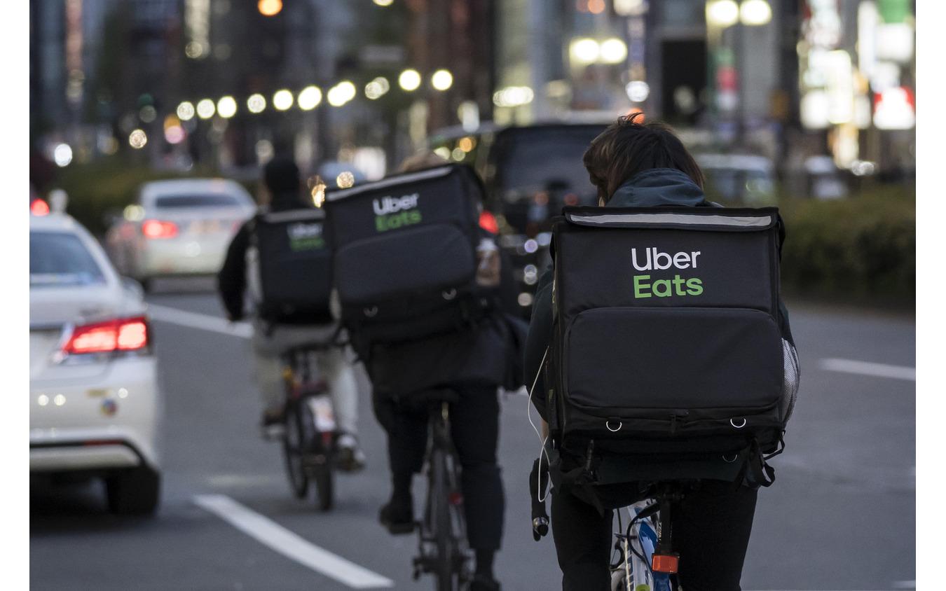 緊急事態宣言下で活躍するUber eatsの配達員