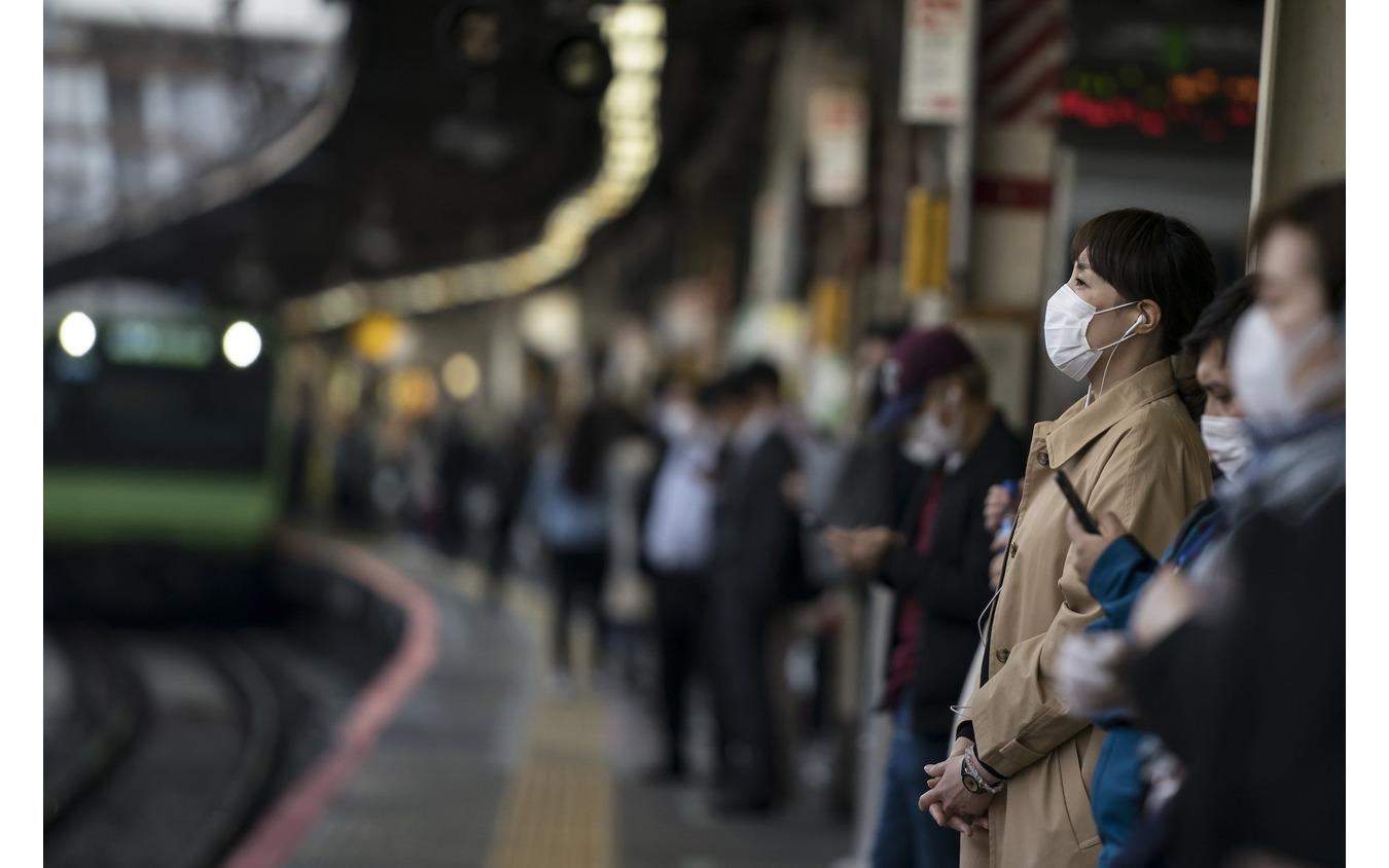 マスクを付けて出勤する人たち