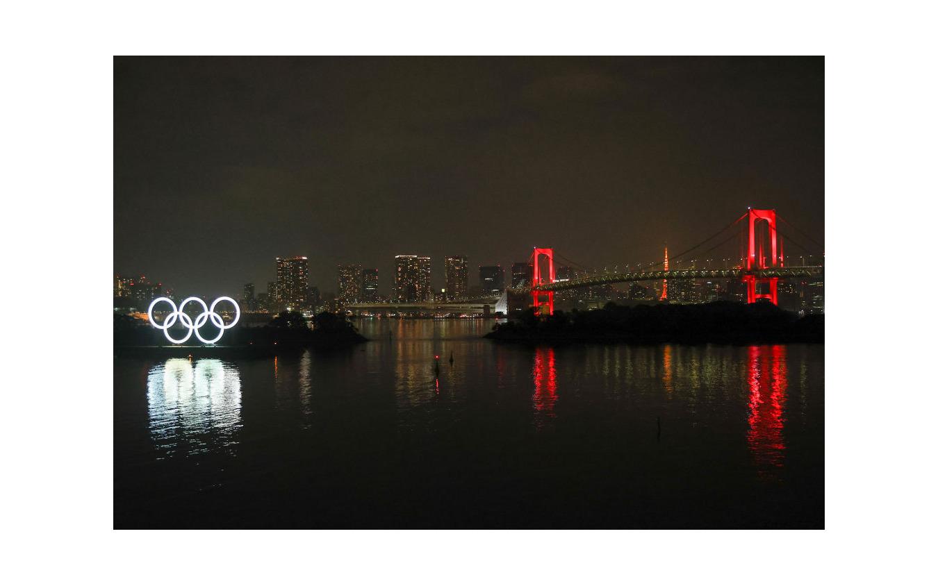 東京アラートで赤くライトアップされたレンボーブリッジ(6月2日)