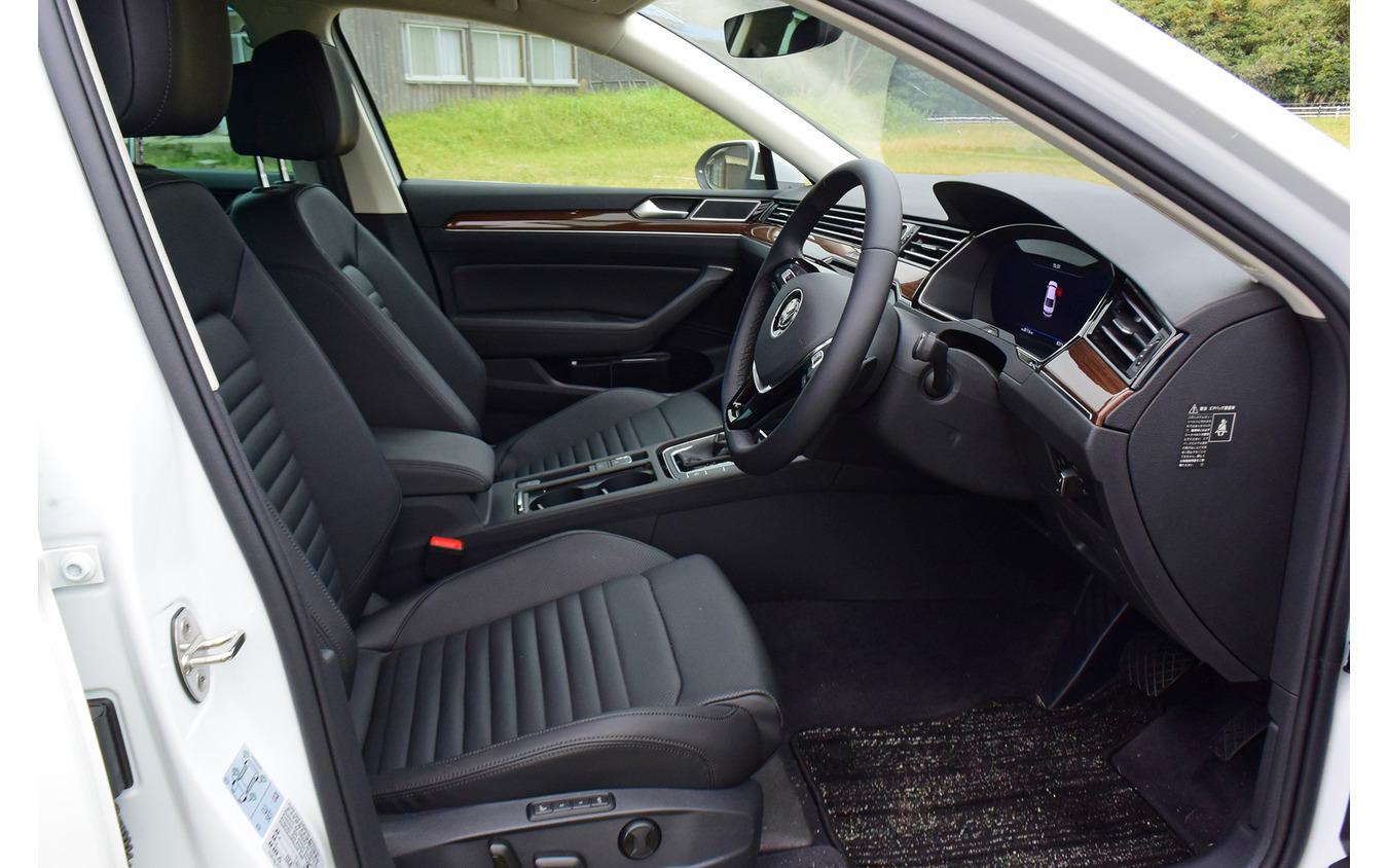前席まわり。広さは十分で、いったんコクピットに座ると降りるのが面倒に感じられるくらい収まりがいいが、運転席右足まわりは少しタイト。
