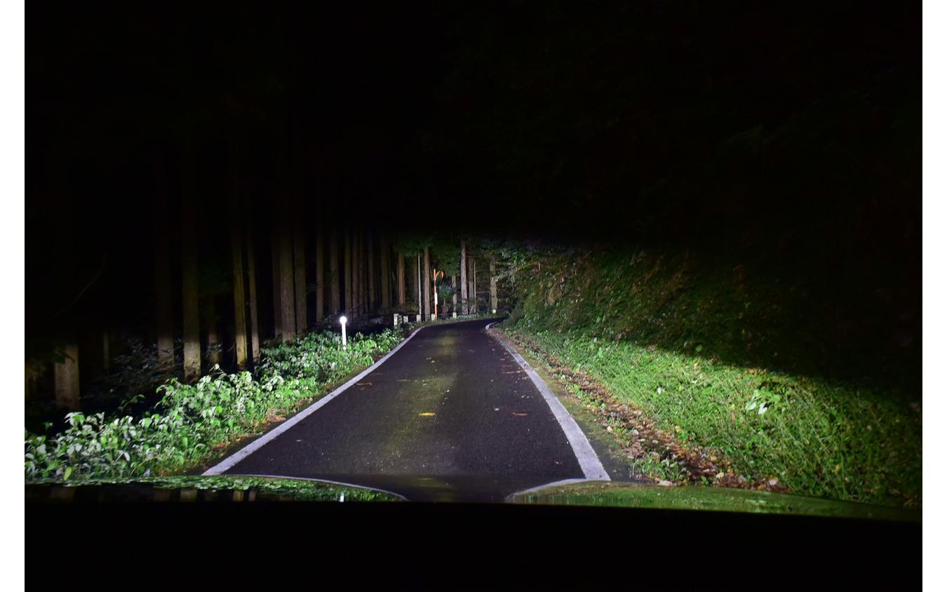 島根の山岳路を行く。ヘッドランプは明るいだけでなく照射範囲の広さ、照射ムラのなさ等々、満点という感じであった。さすがはロングツーリングの国の製品である。