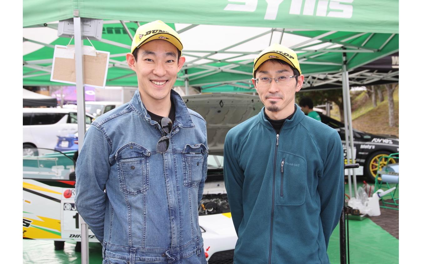 中平勝也さん(左)とコ・ドライバーの行徳聡さん(右)
