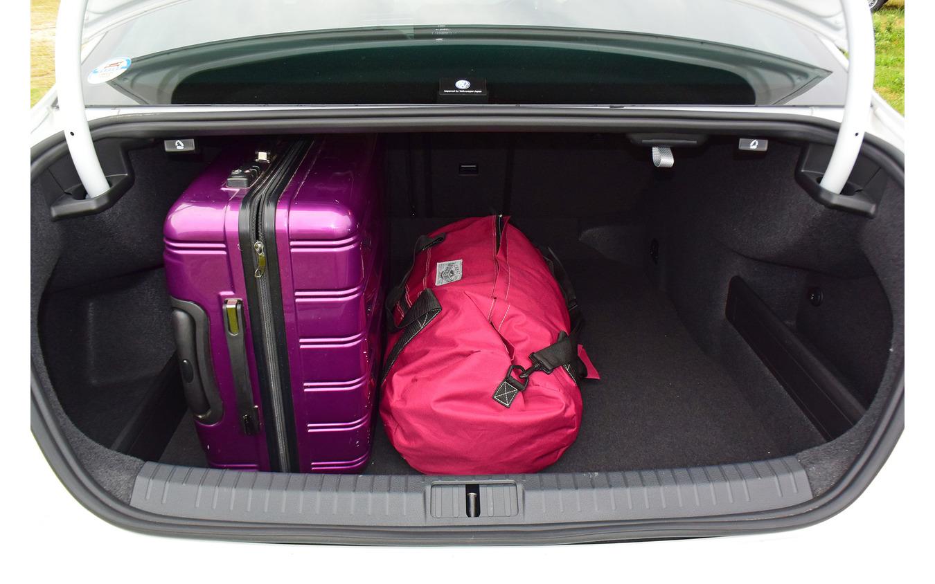 大型トランクを軽く呑み込む広大なトランク。容量はDセグメントセダンのトップランナー。
