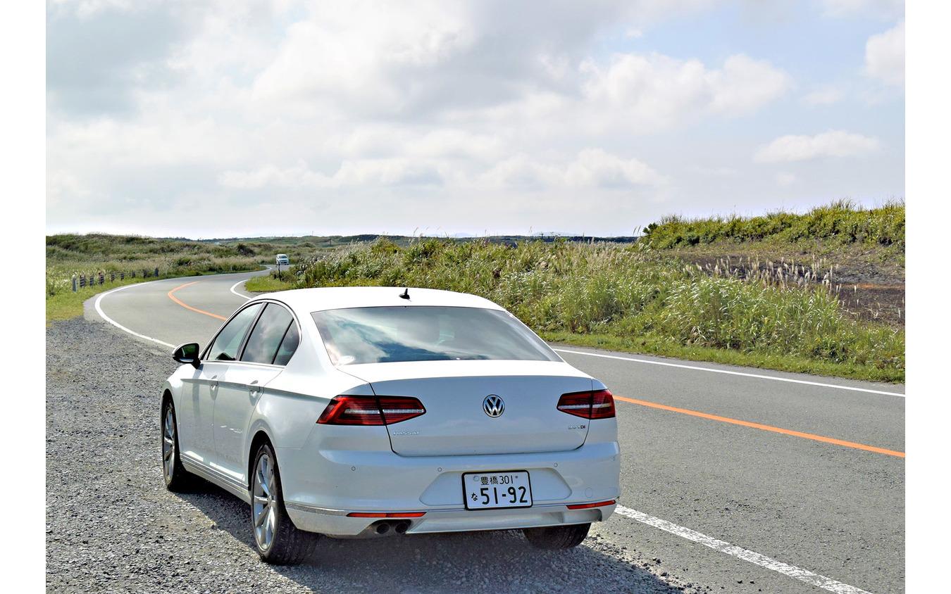VW パサートTDIのリアビュー。熊本・阿蘇外輪山のミルクロードにて。