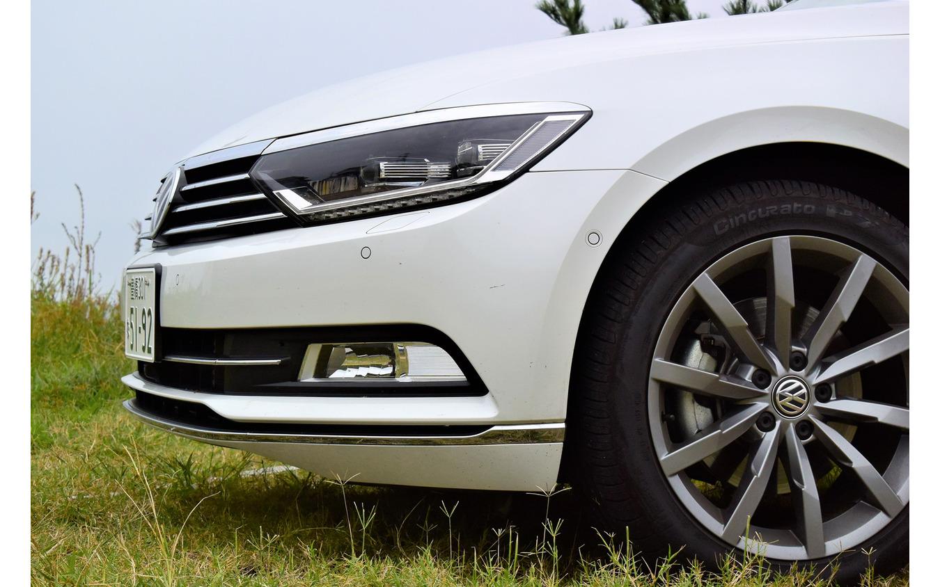 VW パサートTDIのフロントエンド。デザインはおとなしいが、ステアリングの据わりの良さや転がりの良さから、空力的洗練性はかなり高い印象だった。ヘッドランプ上縁はモールでデコレーションされている。