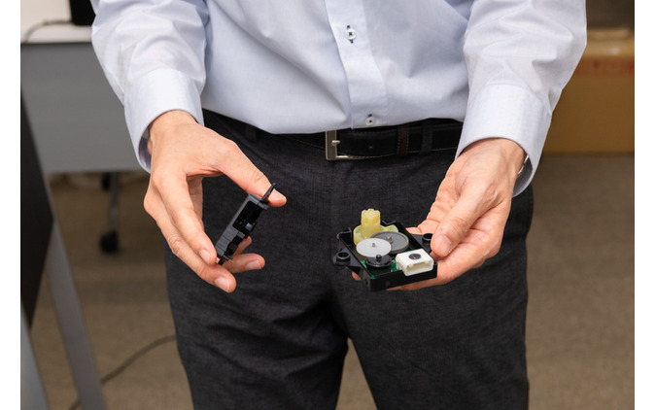 耐熱性ポリアミド樹脂『ジェネスタ』で製作され、小型化されたギア群