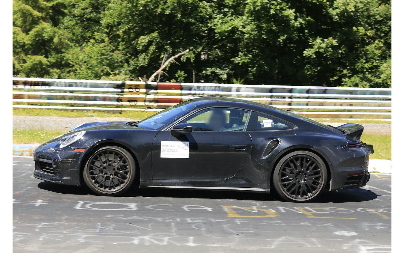 「ダックテール」を備えたポルシェ 911 開発車両(スクープ写真)