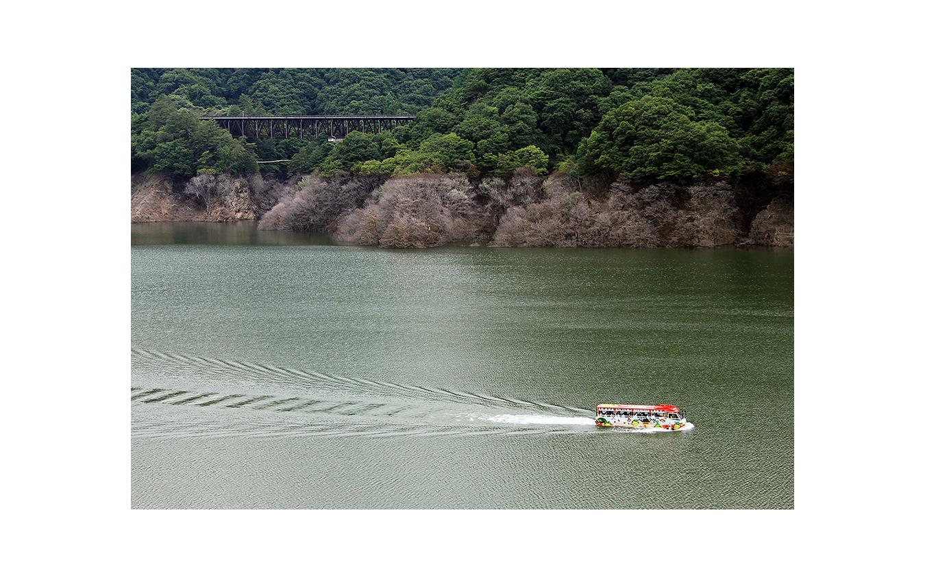 八ッ場ダムを航行中の長野原町 水陸両用バス