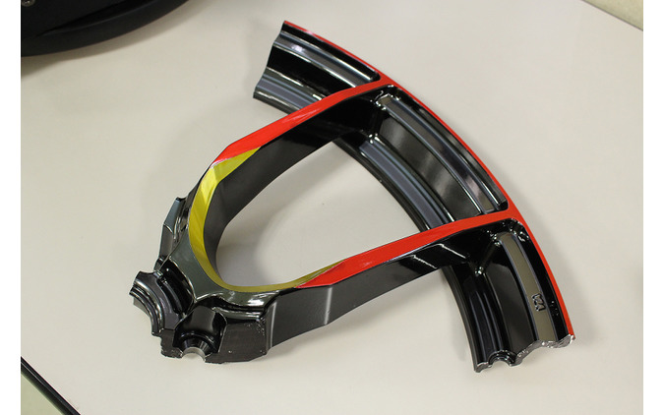 """2次元面と3次元面を異なる金属加工で一つのデザイン面としてつなげる""""HYBRID MACHINING(ハイブリッドマシニング)"""""""