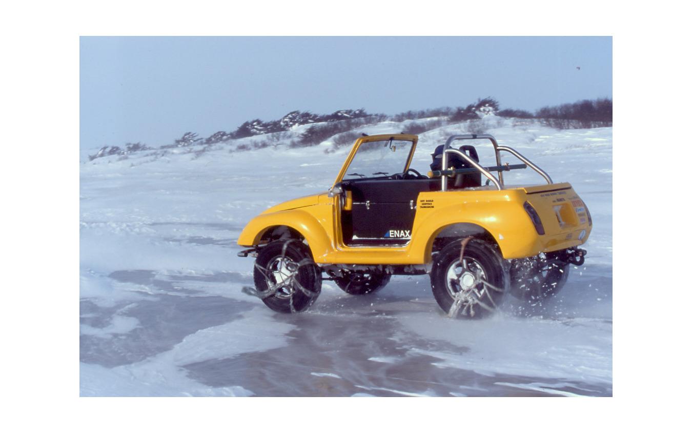氷結した間宮海峡上を走行するEVジムニー。