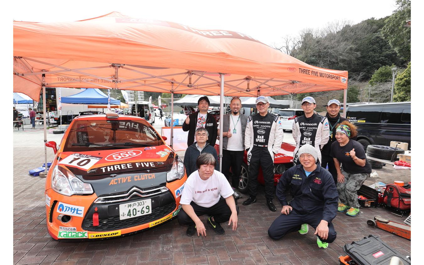 THREE FIVE MOTORSPORTのメンバーと福永修さん(右手前)