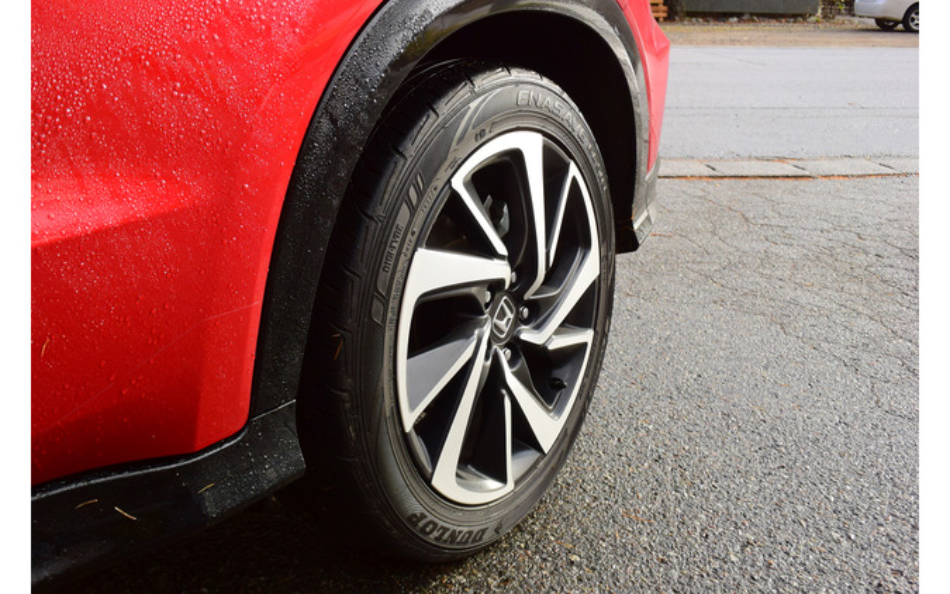 タイヤはダンロップ「エナセーブEC503」。グリップ力は車重に対して十分以上だが、しなやかさでは最新のタイヤに劣る。
