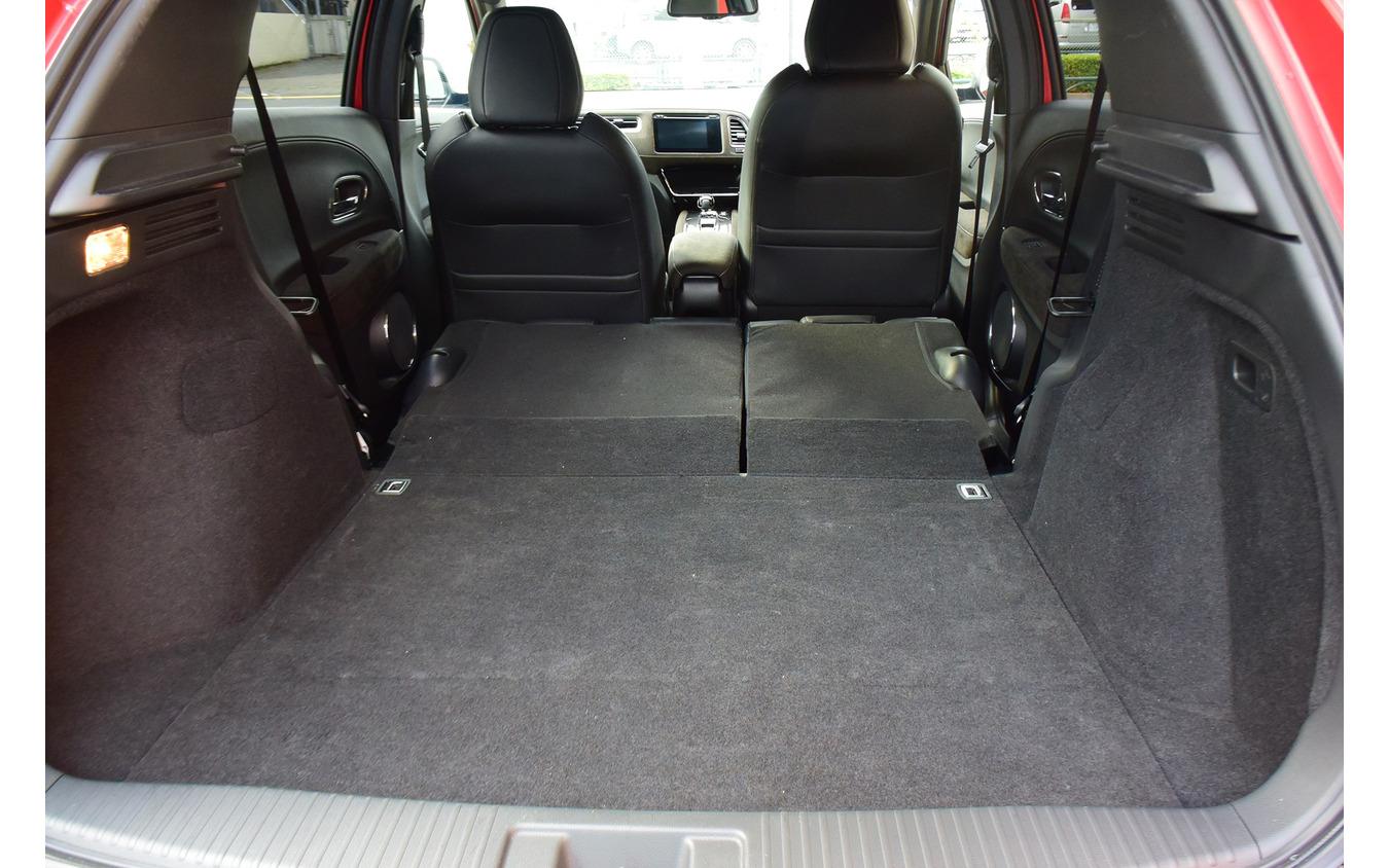 リアシートバックを倒すと広大なカーゴスペースが。やろうと思えば車中泊も可。