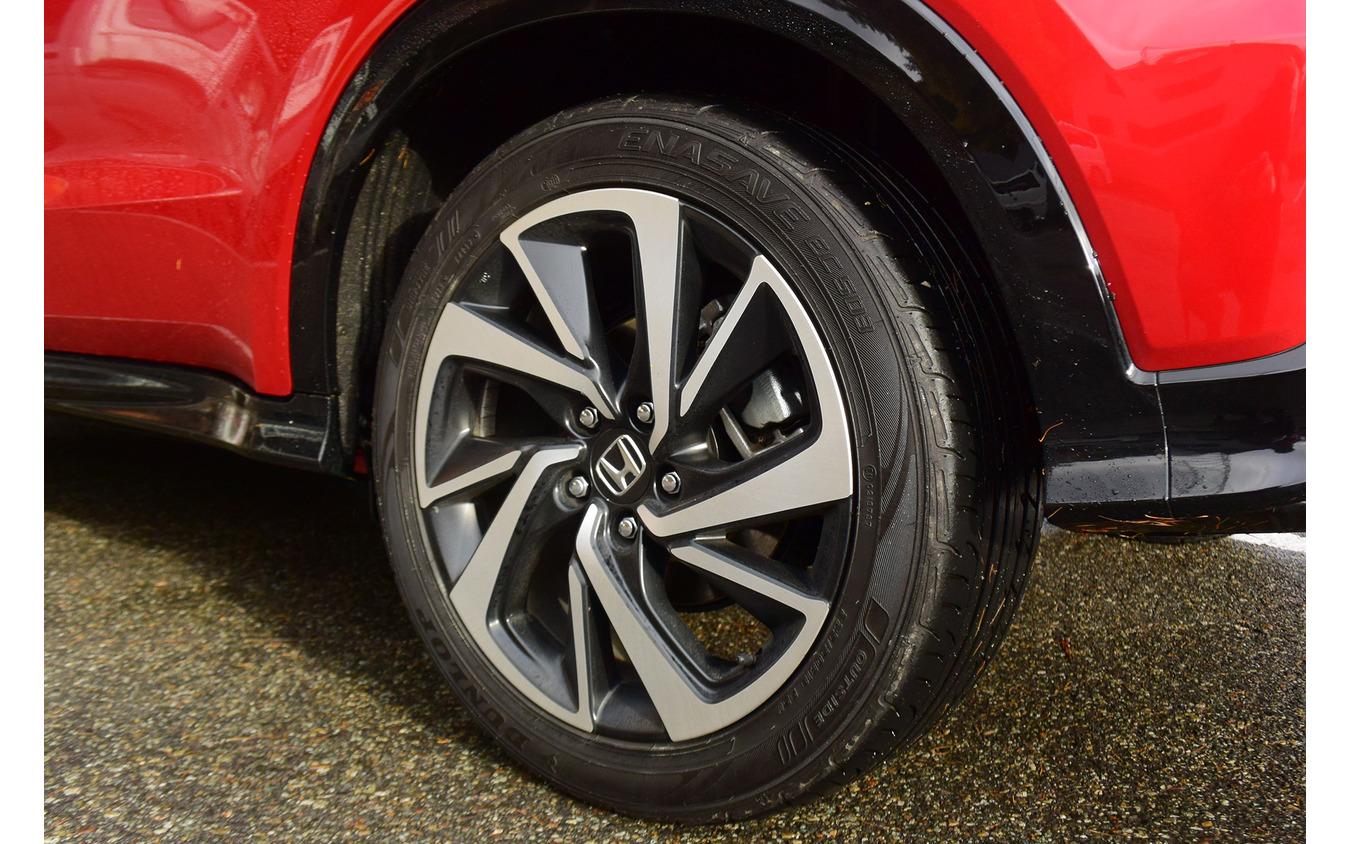 タイヤはダンロップ「エナセーブEC503」。サイドウォールの柔軟性が低いのが乗り心地的にネガティブだが、エコタイヤのわりに性能は悪くない。