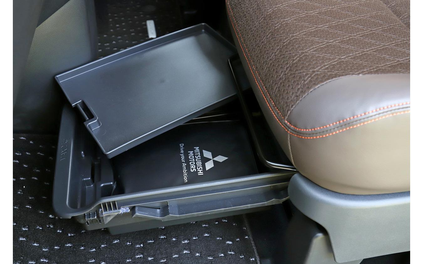 「もっとも気に入った収納は助手席のシート下にある2段作りの助手席シートアンダートレイ(車検証入れ付)」と話した国井さん