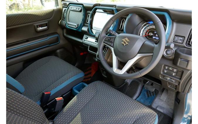 新型ハスラー「ハイブリッドX・2WD」の内装。内装の加飾部はボディカラーと同色になる