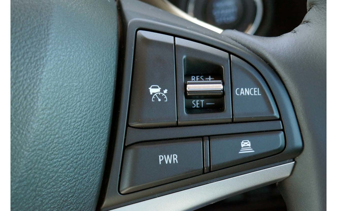 ACC機能の設定はステアリング右側のスイッチで行う