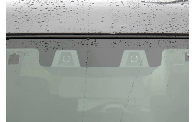 新型ハスラーのADAS機能を司るコンパクトなステレオカメラ