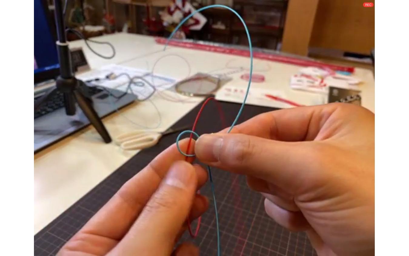 基本のあわじ結びをくり返してミサンガを作る。「大きさを揃えるのは大人でも難しい」と津田さん