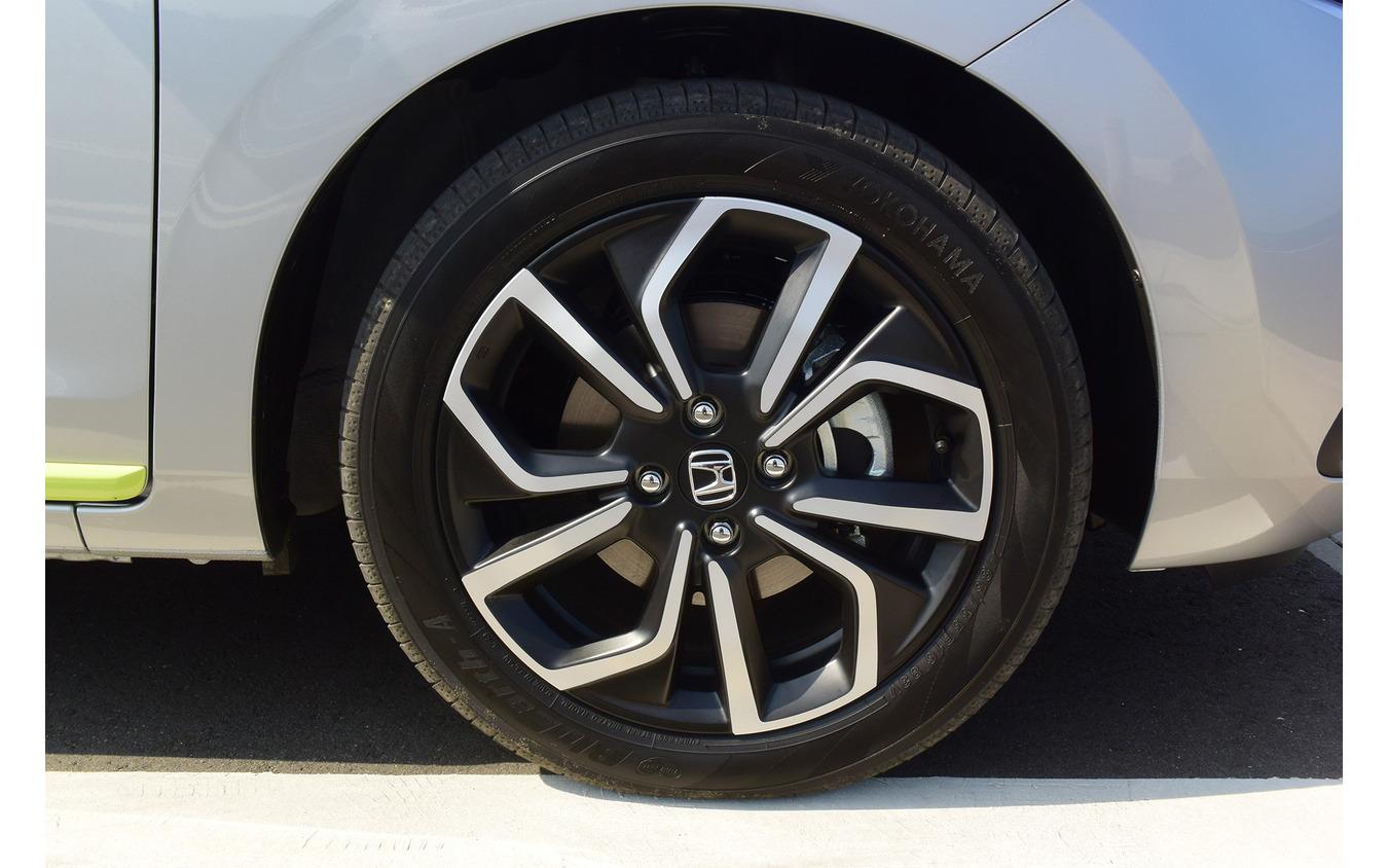 ハイブリッドNESSの標準装着タイヤサイズは185/55R16。銘柄は最近OEMを頑張っている感のある横浜ゴム「BluEarth-A」。
