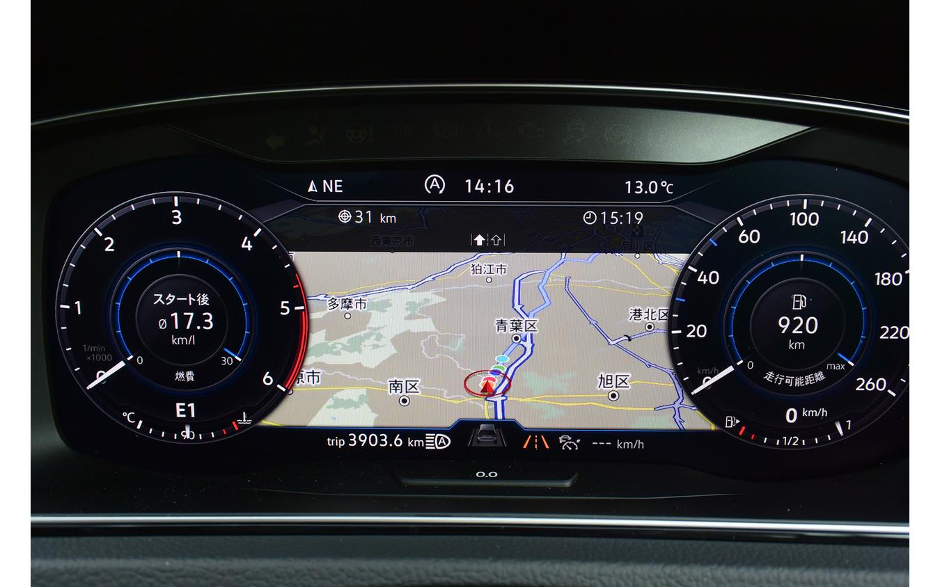 カーナビ表示時にはメーターサイズが小さくなる。瞬間燃費、平均燃費、航続距離などの走行情報はメーターに組み入れられており、それらの数字をセンターに表示させる意味はほとんどなかった。