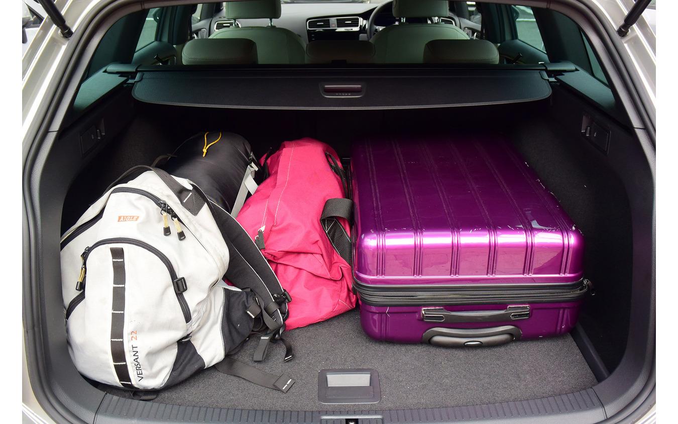 工夫次第でいくらでも荷物を詰めそうなラゲッジスペース。