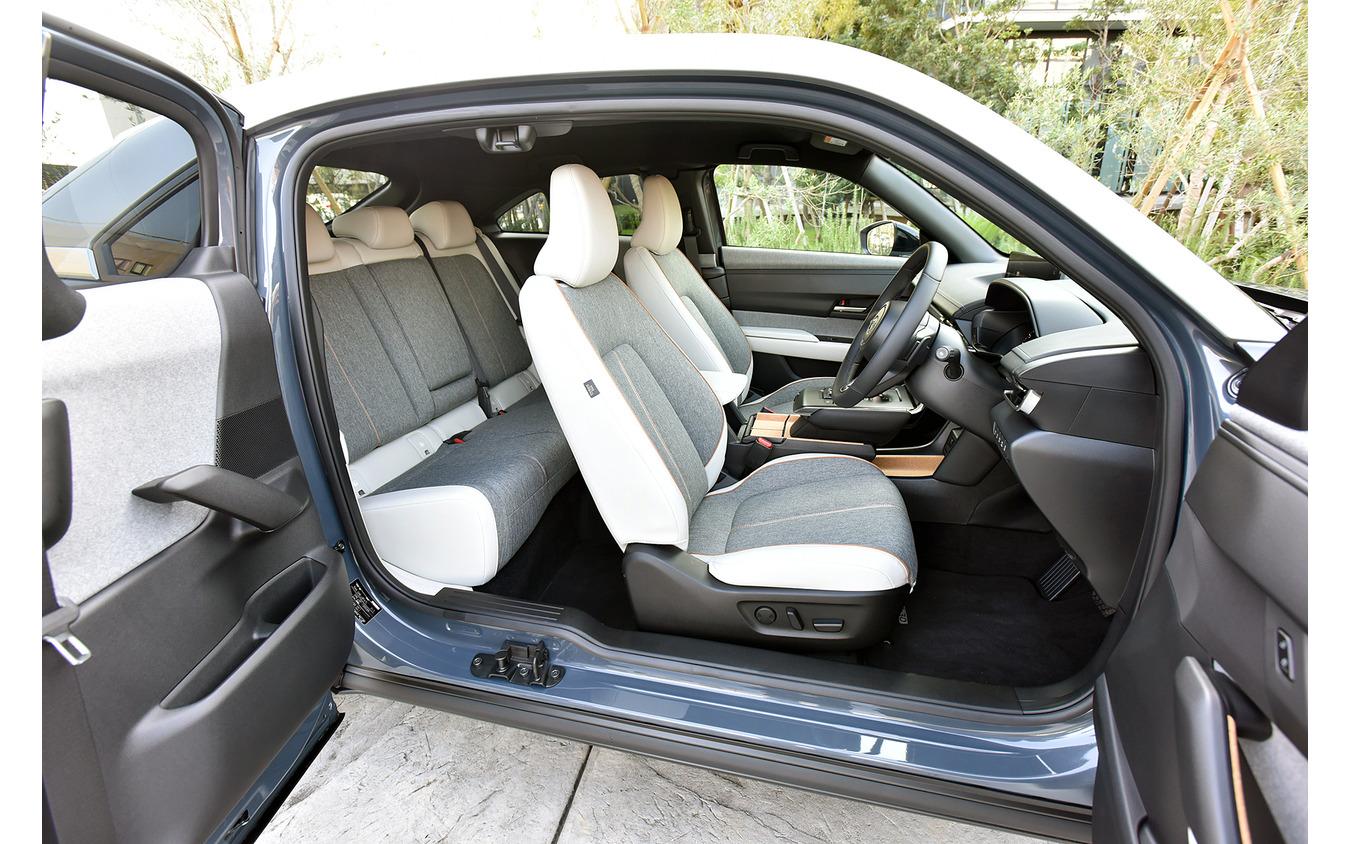 マツダ MX-30(ポリメタルグレー、メタリック+3トーン、内装色:ホワイト、2WD)