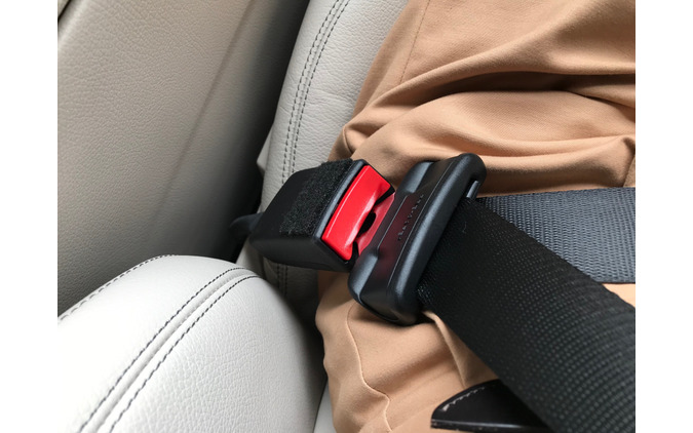 メルセデスベンツ GLAのシートベルトバックル。長く飛び出しているが、装着するとしっかりフィットする。