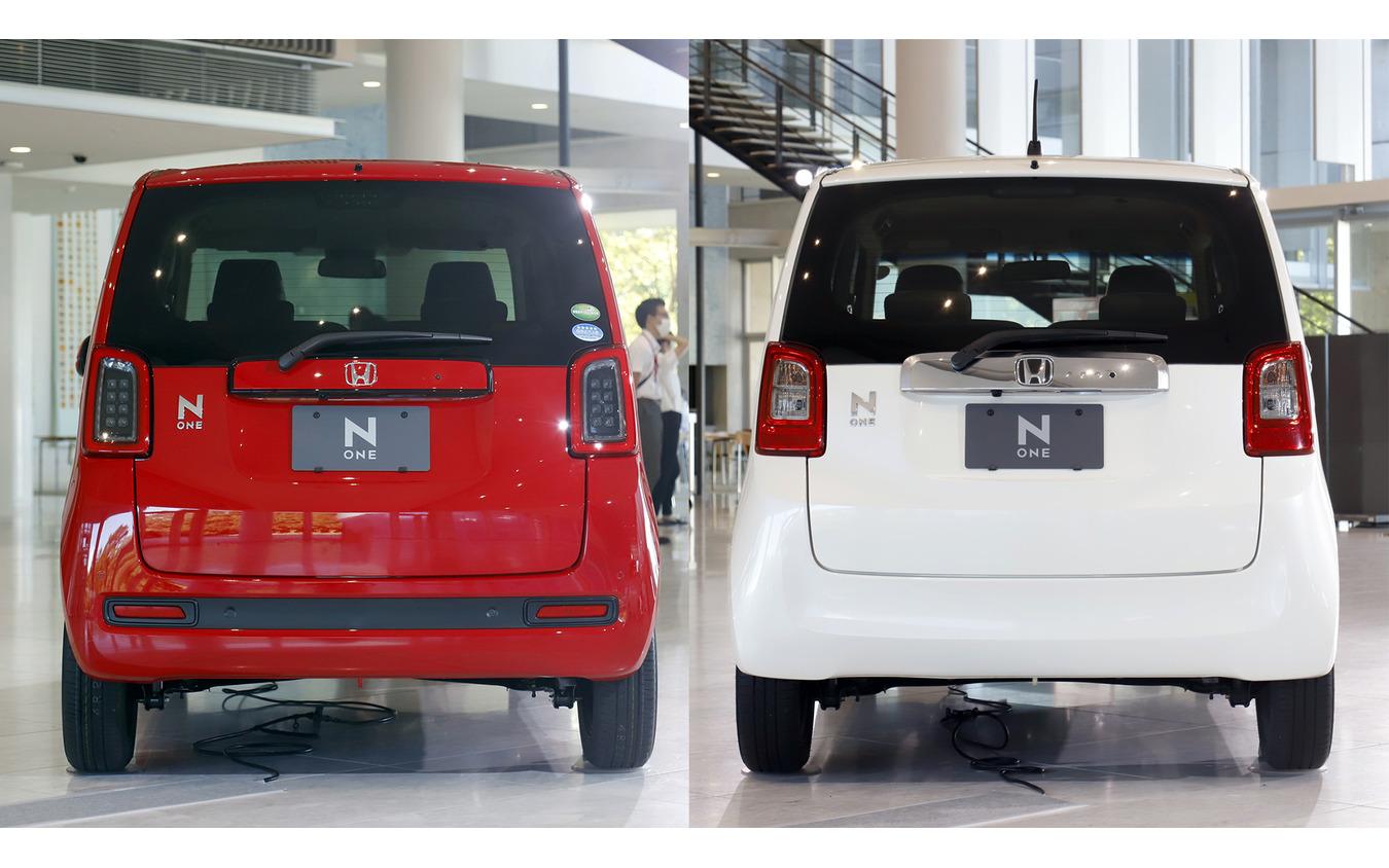 ホンダ N-ONEの新旧リアビュー比較(左が新型、右が先代)。バンパー下のタイヤの見え方に注目。