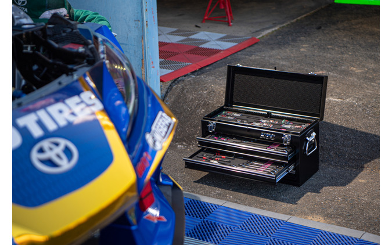 """レースの現場では""""早く""""かつ""""正確""""な作業が必要。そのときにも使い勝手のいいKTCの工具が役立っている"""