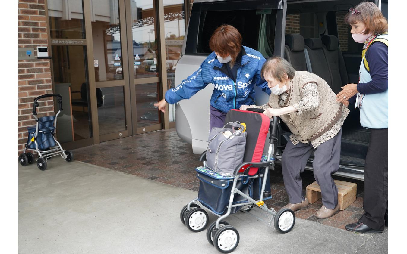 財田町デイサービスセンターに到着後、降車する介護風景