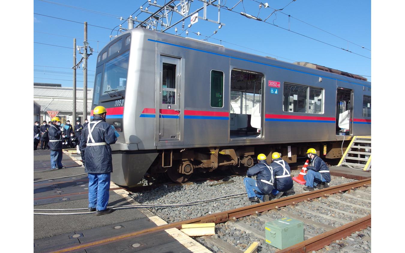 脱線した列車。実際にレールから外してある。
